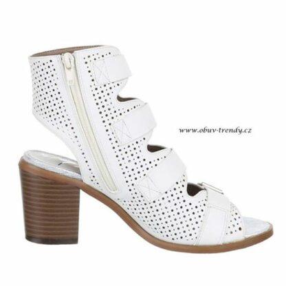 bílé sandály na sloupku